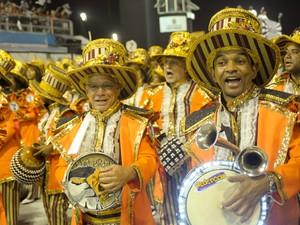 Bateria da Gaviões da Fiel usou instrumentos luminosos no desfile do grupo especial do carnaval de São Paulo (Foto: Flavio Moraes/G1)