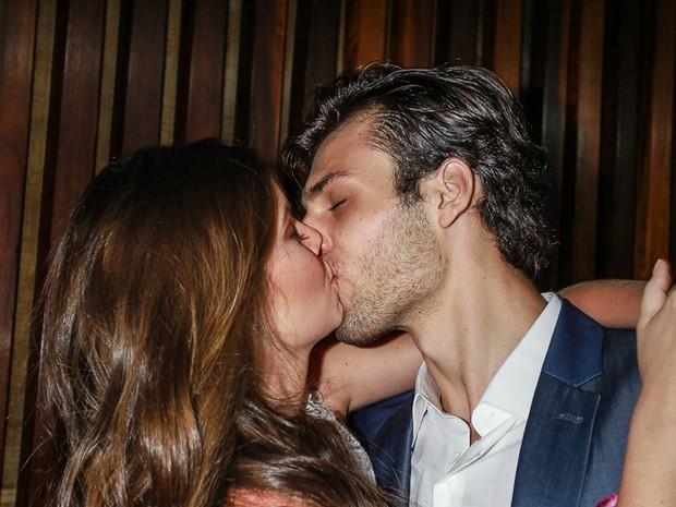 Camila Queiroz troca beijos com o namorado Lucas Cattani (Foto: Raphael Castello/AgNews)