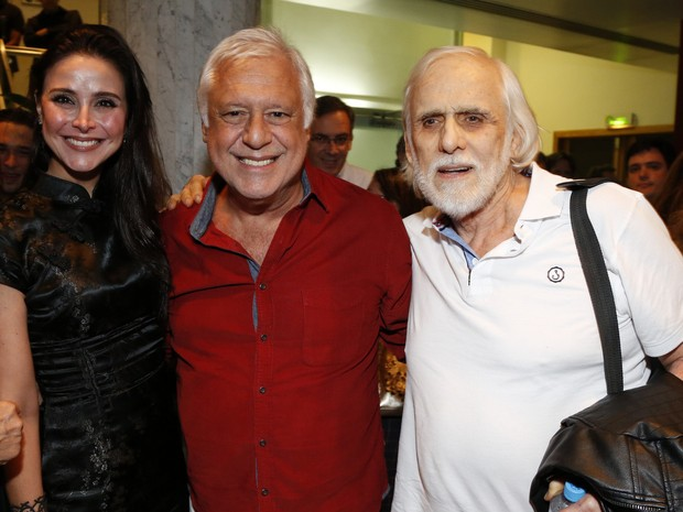 Antônio Fagundes e a namorada, Alexandra Martins, e Francisco Cuoco em estreia de peça no Centro do Rio (Foto: Marcello Sá Barretto e Felipe Assunção/ Ag. News)