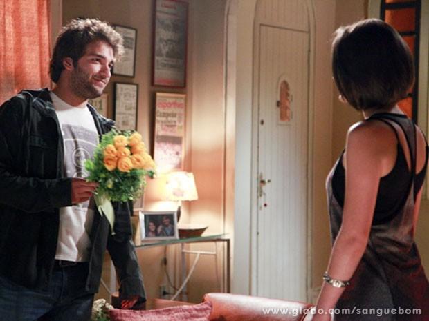 Flores? Esse Fabinho... Isso que é amor! Aceita, Giane! (Foto: Sangue Bom / TV Globo)