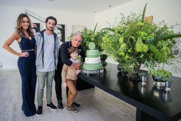 Otávio e Melisa com os filhos Kauan e Pietro (Foto: Manuela Scarpa/Brazil News)