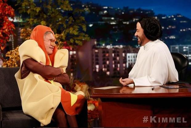 Harrison Ford vestido de cachorro quente no programa de Jimmy Kimmel (Foto: Reprodução Instagram)