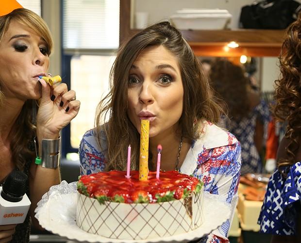 Carla Morone comemora aniversário no camarim do Projac (Foto: Carol Caminha / Gshow)