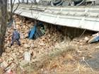 Caminhão carregado de leite de coco tomba na 'curva da morte' na BR-242