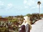 Jessica Simpson mostra o barrigão de oito meses durante viagem
