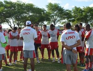 Pedro Costa conversa com os jogadores do Sergipe (Foto: Felipe Martins/GLOBOESPORTE.COM)