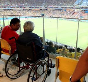Aposentada Guiomard Teixeira vê jogo na Arena Amazônia e elogia acessibilidade (Foto: João Paulo Maia)