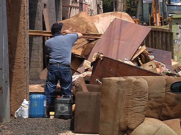 Moradores ajudam na limpeza da cidade (Foto: Reprodução / TV TEM)