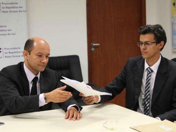 Representante de movimento social entregando documento  (Foto: MPF/Ascom)