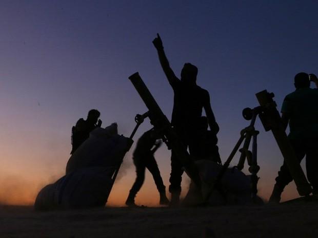 Combatentes do Exército de Libertação da Síria lutam contra jihadistas do Estado Islâmico em Dabiq, no norte do país, no sábado (15). Cidade é considerada estratégica para os jihadistas  (Foto: Nazeer al-Khatib / AFP)