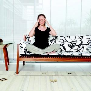 exercícios, massagem nas têmporas (Foto: Rodrigo Schmidt)