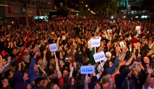 Mais de nove mil pessoas se reuníram no centro de Guarapuava para torcer pelo Cézar, na final do BBB (Foto: Reprodução/RPC)
