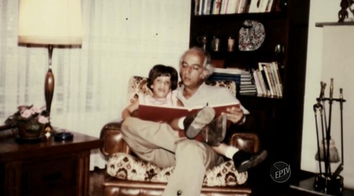 Fotos do arquivo pessoal de Rubem Alves revela o amor paternal que tinha pela filha Raquel Alves (Foto: reprodução EPTV)