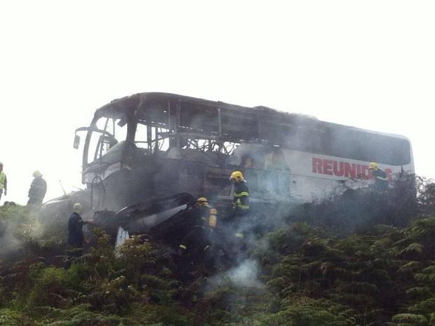 Corpo de Bombeiros atendeu carro e ônibus que foram projetados na rodovia.  (Foto: Oeste Capital FM/Divulgação)