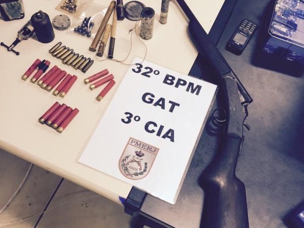 Arma e munições apreendidas em Rio das Ostras (Foto: PM/Divulgação)