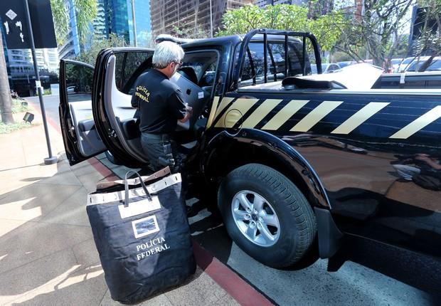Agentes da Polícia Federal reúnem documentos durante Operação Greenfield (Foto: Wilson Dias/Agência Brasil)
