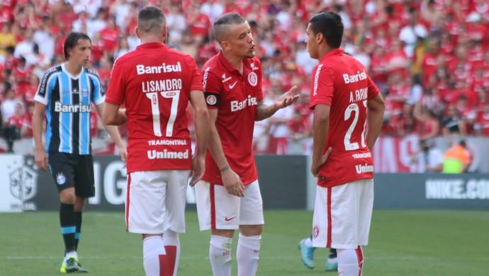 D'Alessandro e Lisandro dão conselhos a Alisson Farias (Foto: Diego Guichard)
