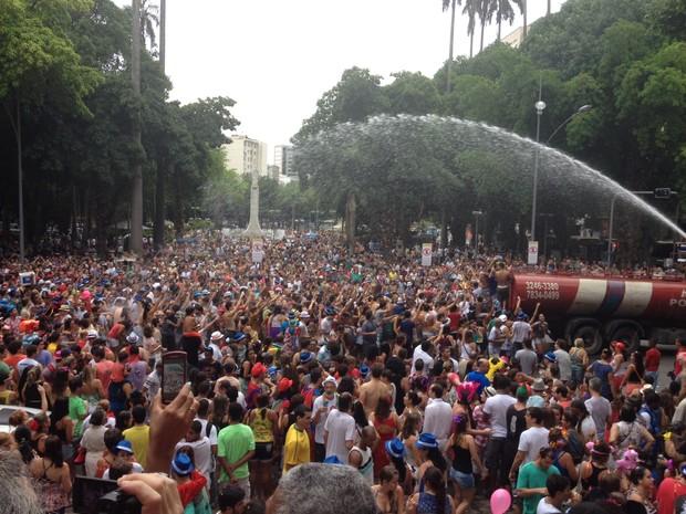 Uma multidão segue o Imprensa que Eu Gamo (Foto: Priscilla Souza/G1)