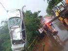 Mulher escapa pela janela após carro cair em córrego em Cerquilho