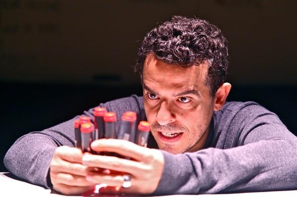 Gustavo Gasparani encena versão contemporânea de Ricardo III, em que interpreta 24 personagens (Foto: Nill Caniné)