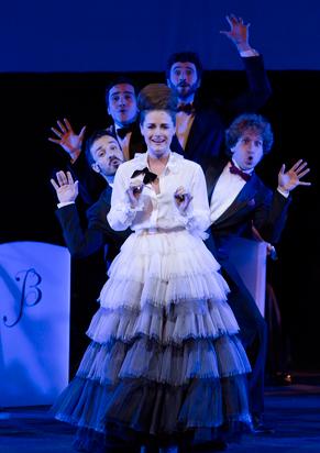 Alessandra Mestrini no número de abertura (Foto: Náira Messa)