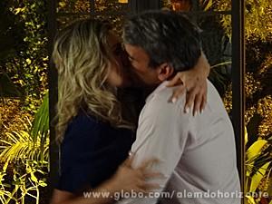 Heloísa e Thomaz se entregam à paixão (Foto: Além do Horizonte/TV Globo)