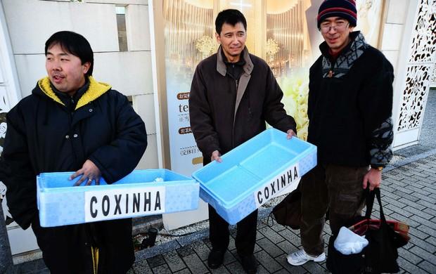 Japoneses vendem coxinha em Toyota (Foto: Marcos Ribolli/Globoesporte.com)