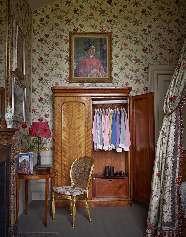 A collection of Deborah Devonshire's Turnbull & Asser shirts in an armoire in a guest bedroom at Chatsworth (Foto: THOMAS LOOF)