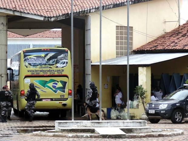Polícia usou ônibus para transferir 16 presos da penintenciária de Alcaçuz (Foto: Felipe Gibson/G1)