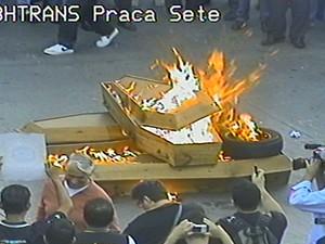 Durante protesto de policiais civis, caixões são incendiados na Praça Sete (Foto: Reprodução/BHTrans)