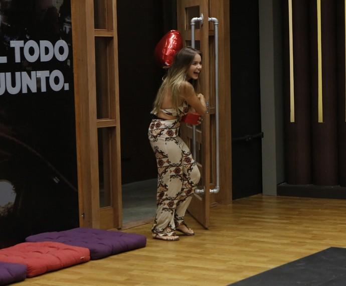 Namorada de Arthur Aguiar invade a sala de ensaios (Foto: Fábio Rocha / Gshow)