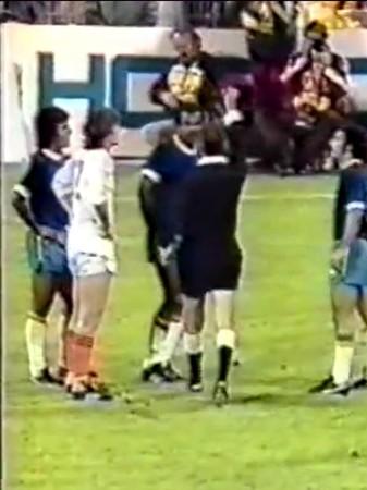 Luis Pereira recebe cartão vermelho em jogo da Copa do Mundo de 1974 (Foto: Reprodução)