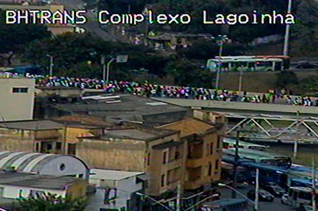 Manifestação atravessa o complexo da Lagoinha, em direção a Avenida Antônio Carlos.  (Foto: Reprodução BHTrans)