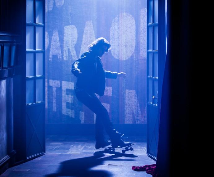 Pedro chega de skate para celebrar a união com sua esquentadinha (Foto: Fabiano Battaglin/Gshow)