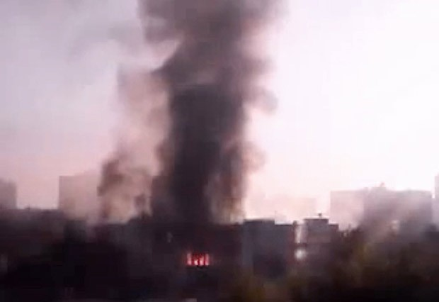 Fumaça se ergue da sede do Estado-Maior sírio após explosões nesta quarta-feira (26) em Damasco (Foto: AP)