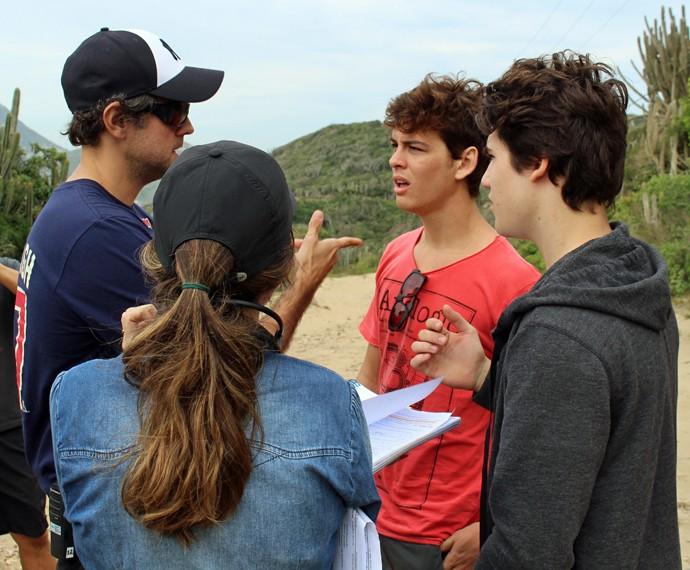 O atores escutam as dicas do diretor-geral Leonardo Nogueira (Foto: Rodrigo Brisolla/Gshow)