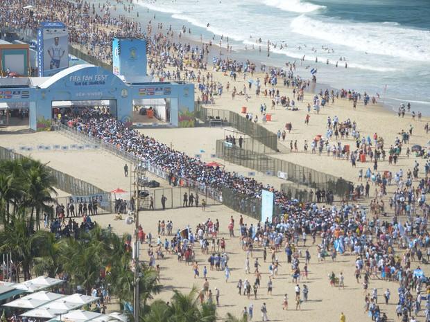 Fila era grande no início da tarde na entrada do Fifa Fan Fest  (Foto: Armando Paiva/G1)