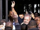 Lula é ovacionado ao voltar para casa após depor à PF em São Paulo