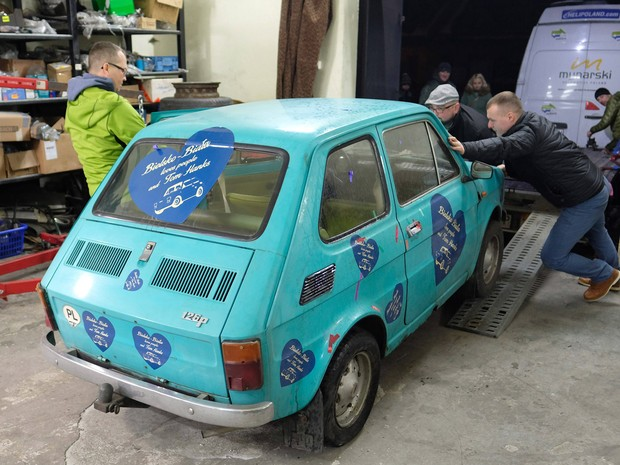Fiat 126 comprado por 2 mil euros será dado de presente ao ator Tom Hanks (Foto: Andrzej Grygiel/AFP)