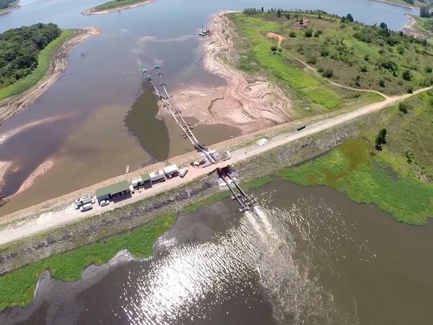 Bombas são usadas em represa de Biritiba Mirim (Foto: Reprodução/TV Diário)