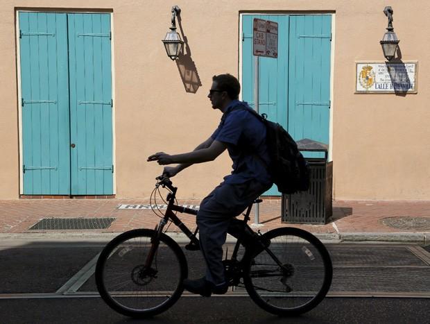 Homem anda de bicicleta em New Orleans, na Louisiana, nos Estados Unidos; lesões relacionadas à bicicleta aumentaram nos últimos anos  (Foto: Reuters/Jonathan Bachman)