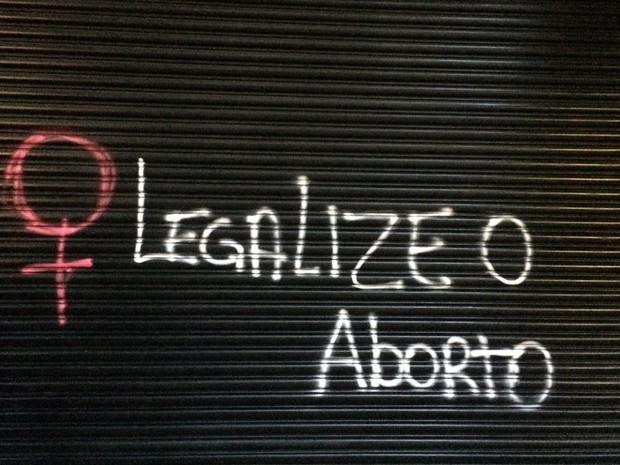 Manifestação de mulheres desce a Rua Augusta e pedem legalização do aborto (Foto: Livia Machado/G1)