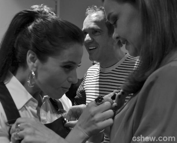 Giovanna se entretem com colar de Julia (Foto: Domingão do Faustão/TV Globo)
