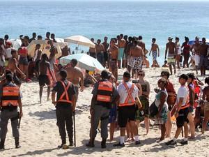 Policiais ocupam a areia em Ipanema após confusão (Foto: Vitor Silva / Agência O Dia / Estadão Conteúdo)