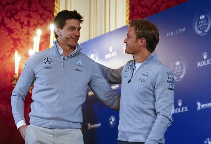 Nico Rosberg com o chefe da Mercedes, Toto Wolff, na cerimônia da FIA (Foto: Reuters)