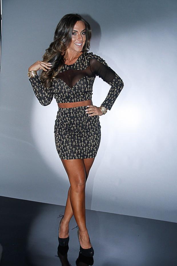 896da2110 EGO - Nicole Bahls posa com look curtinho e decotado para grife de ...