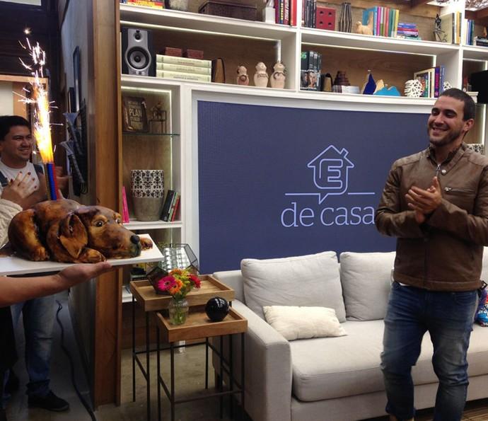 Equipe do É de Casa canta parabéns para André Marques (Foto: Carolina Morgado/Gshow)