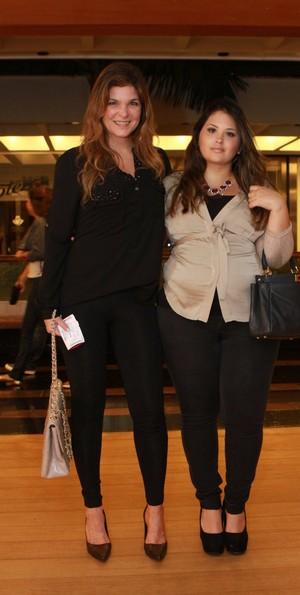 Cristiana Oliveira e a filha Rafaella, grávida de cinco meses, em estreia de peça (Foto: Raphael Mesquita / AgNews)