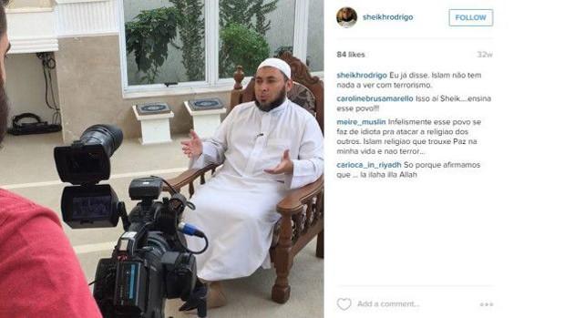 """Rodrigues usa o bordão """"Com vocês, sheik Rodrigo"""" em seus vídeos no YouTube  (Foto: Instagram)"""