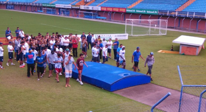 avaí torcedores ressacada invasão (Foto: Marcelo Siqueira / RBS TV)